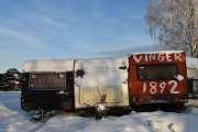 Vinger 1892, kan det være en gammel russevogn? Campingvogna til venstre mener jeg at jeg har et bilde av når vi kjørte igjennom Bjørkelangen for et par år siden