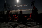 19 februar 2019 - Stemning rundt bålet på tirsdag-fullmåne