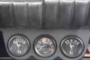 Instrumentpanelet i bilen viser at alt er som det skal være selv om han kjører litt for fort