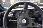 Vi stopper for å kjøpe proviant, da setter jeg meg bak rattet slik at vi kan se hvordan det er bak rattet i en Renault 12