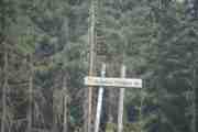 Men etter hvert kommer vi lenger og lenger inn i skogen, her har vi et skilt med Sondre Flogen - eller er det en ø inni her? Det rister så fælt i bilen