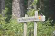 Nytt skilt hvor det står Rostillevegen, nå er vi langt inne i skogen