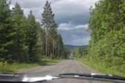 Tenk dere over 100 km i timen på disse veiene og jeg skal ta bilde av omgivelsene, men her ser jeg at vi er i ferd med å ta igjen en moderne bil