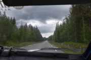 Bilen foran er borte eller skal jeg si bak oss, men så plutselig blir det asfalt. Er nok tøffe veibudsjett her oppe, de må sette opp bompengeringer er mitt forslag