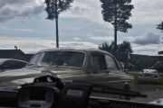 Så kommer den en Volvo Amazon så nærme at jeg ikke kan se modellen, men da er det kanskje gamle biler og ikke fly?