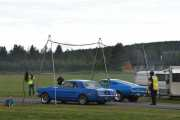 Vi prøver en gang til, to nye biler på start. Fra venstre en Ford Mustang fra 1965 og en Ford Mustang fra 1967