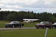 Her står det et fly også sammen med bilene, fra venstre en Ford Mustang men årstallet vet jeg ikke og en Ford Mustang fra 1986