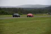 De som suser av gårde er en Ford Mustang Mach 1 fra 1974 og en Ford Mustang fra 1967