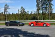 Men som ofte er, for vi alltid finbesøk når vi stopper. Denne gangen er det to Ferrari-er, den til venstre er en Ferrari 430 fra 2006 og den til høyre er en Ferrari Testarossa, 1989 modell. Vårt første bilde av en veteranbil på veien