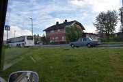 Men nå er vi i Raufoss allerede, tror vi har funnet den riktige plassen. Vi ser allerede flere gamle biler, som denne Volvo`en