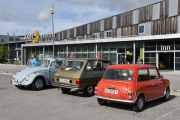 Så står det tre biler til her og en av dem er vår. Vi begynner fra venstre. Volkswagen VW1500, 1967 modell, så vår i midten Renault 6 TL, 1975 og den til høyre BMC Mini 1000, 1978 modell