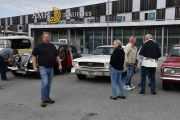 Den vi ser til venstre med startnummer 15 er en Riley RME fra 1952 og så har vi Ford Convertible fra 1966. Skal jeg gjette er nok denne karen sjåføren til Mustangen
