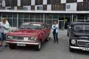 Her forelska kona mi seg i fargen eller kanskje bilen? I så fall er det en Opel Rekord, 1966 modell. Nei kona mi, du for holde deg til oliven grønn