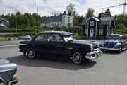 Jeg tror dette er en Ford De Luxe, 1951 modell og den rett bakenfor er en Volkswagen 1200, 1960 modell