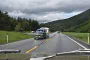 Men så møter vi noe koselig på veien, det er en Volvo PV fra 1963 med campingvogn på slep