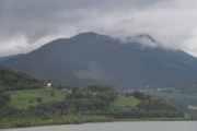 Skyene ligger fremdeles lavt og titter du nøye etter ser du to fugler i luften og mange sauer i fjellet