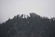 Rett over Gudbrandsdalslågen høyt oppe på toppen ligger det en blokk hvor de må ha den fantastiske utsikten