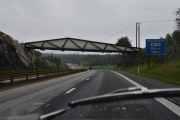Vi kjører videre oppover og ser brua hvor Bråtenvegen går over E6. Like før vi passerer Eidsvoll