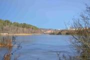 Østensjøvannet sett nordover, isen speiler seg i solen