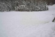 Is og snø dekker til inn mot gangbruen