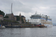 Akershus festning med noen båter på siden av oss