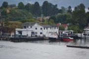 Hovedøya - Flere brygger med store båter, se den lille røde båten som heter Bjønna