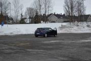 På parkeringsplassen står en Renault Megane med kamera på taket og et kamera til er plassert på plassen, hva skjer her?