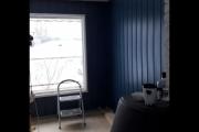 Stua, to strøk på vegger og vinduer og vinduslister er også kuttet