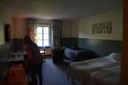 Fredag - Rommet står til forventningene og legg merke til de to putene i vinduskarmen