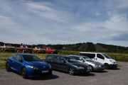Lørdag - Videre på avsatsen har vi 4 biler men bare 2 er Renault, fra venstre en Renault Megane RS 2.0 (2012) og helt til høyre en Renault Trafic 2.0 DCi (2013). 4 biler totalt på rekken