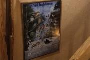 Plakaten i ramme på veggen