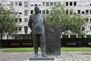 Her ser vi statuen av Kong Olav V som ble avduket i 2015