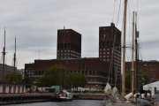Klokken er 11.35 og her ser vi Oslo rådhus som ble bygget fra 1931 til 1950. De to tårnene vi ser er 63 og 66 meter høye
