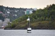 Et stort bygg reiser seg i bakgrunnen ser jeg, tror det er på Sjursøya