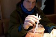 Bestemor dokumenterer at Kevin drikker noe sunnere en cola - flink gutt :-)