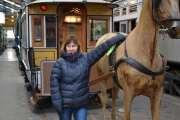Selvfølgelig må bestemor posere litt sammen med hesten for Kevin