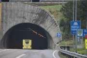 Siste tunellen før vi er på bondelandet, og jeg kan alt om fotobokser så Knut er advart. Dessuten vil sikkert ambulansen forstyrre fotoboksen i tunellen, vi ligger jo rett bak den