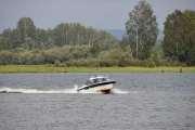 Båtfolket er ute og har med seg fiskestenger