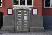 Like ovenfor ser vi Statholderens mat og vinkjeller med et stort smilefjes på døra. Det må jo være god reklame