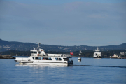 Men denne båten er på vei utover og er det en av Nesoddbåtene vi ser i bakgrunnen?