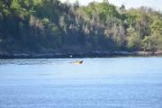 En liten båt er ute også, sikkert på fisketur i det fine været