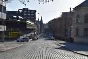 Nå ser vi rett inn i en gate som vanligvis er full av biler, men ikke i dag