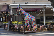 Denne Giraffen står utenfor Lorry, der har vi koset oss mange ganger i guttedagene
