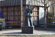 Denne skulpturen stod ikke her i mine guttedager, Bokken Lasson. Men hun har sikkert en tilhørighet her siden hun er satt opp her