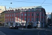 Nå står vi ved Professor Aschehougs plass også kalt Triangelplassen. Pilestredet til høyre men vi går til venstre inn Kristian IVs gate