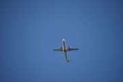 Så kommer endelig det første flyet mens jeg går i Høyenhallsvingen, det er et SAS fly