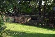 Jeg har også sett på denne gamle bygningen som er lengst inne i en hage, hva var det her?