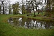 Litt inne på odden ligger det en dam så vakker og fin