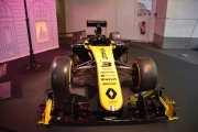 Det er ikke samme racerbilen som stod her i fjor, dette er en F1 R.S.19 og den som stod her i fjor var en F1 RE40