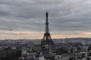 Vi tar med oss Eiffeltårnet før vi beveger oss ned igjen, kanskje vi rekker en tur ditt i morgen